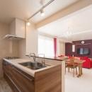 家族3人とワンちゃんが心地よく暮らす、戸建リノベーションの写真 キッチン