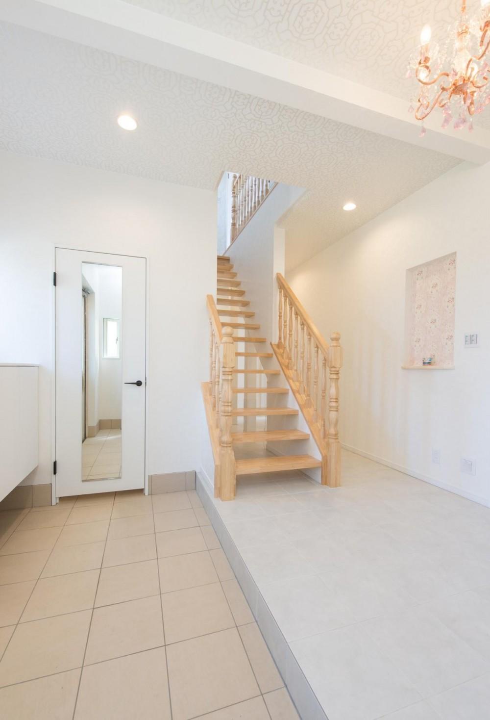 家族3人とワンちゃんが心地よく暮らす、戸建リノベーション (階段)