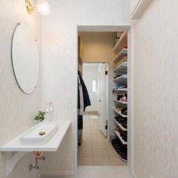 家族3人とワンちゃんが心地よく暮らす、戸建リノベーション (洗面脱衣室)