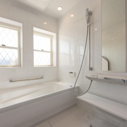 家族3人とワンちゃんが心地よく暮らす、戸建リノベーション (浴室)