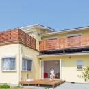 家族3人とワンちゃんが心地よく暮らす、戸建リノベーションの写真 ウッドデッキ