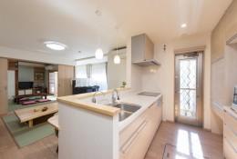 落ち着いた和モダンに二世帯が心地よく暮らす、戸建て全面改装 (キッチン)