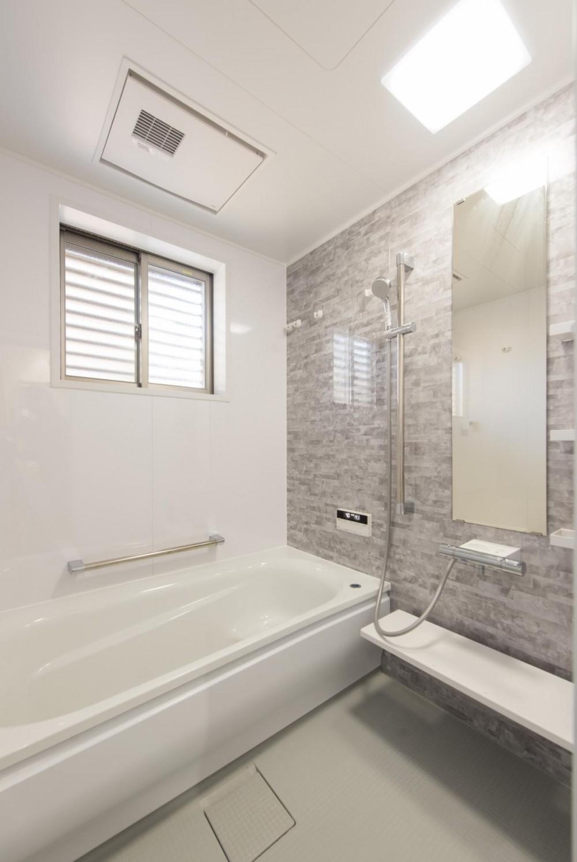 落ち着いた和モダンに二世帯が心地よく暮らす、戸建て全面改装 (浴室)
