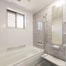 落ち着いた和モダンに二世帯が心地よく暮らす、戸建て全面改装の写真 浴室