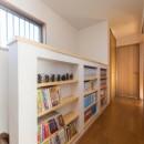 落ち着いた和モダンに二世帯が心地よく暮らす、戸建て全面改装の写真 増作本棚