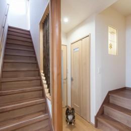 落ち着いた和モダンに二世帯が心地よく暮らす、戸建て全面改装 (階段)