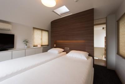 寝室 (ホテルのようなスタイリッシュな内外装に全面リフォーム)