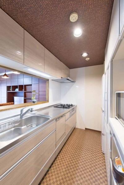シックで落ち着いた色合いに〜ご夫婦二人のマンション全面改装 (キッチン)