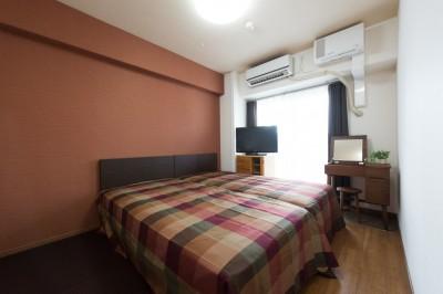 寝室 (シックで落ち着いた色合いに〜ご夫婦二人のマンション全面改装)