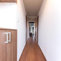 シックで落ち着いた色合いに〜ご夫婦二人のマンション全面改装 (玄関)