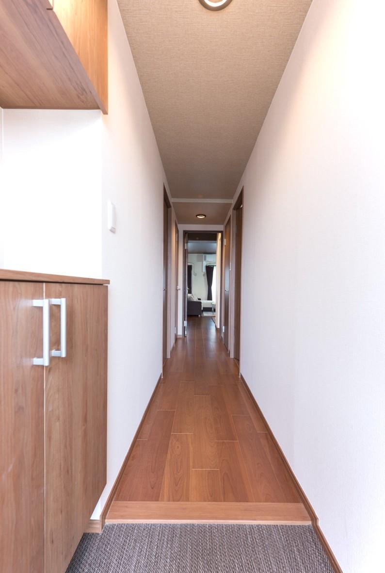 玄関事例:玄関(シックで落ち着いた色合いに〜ご夫婦二人のマンション全面改装)