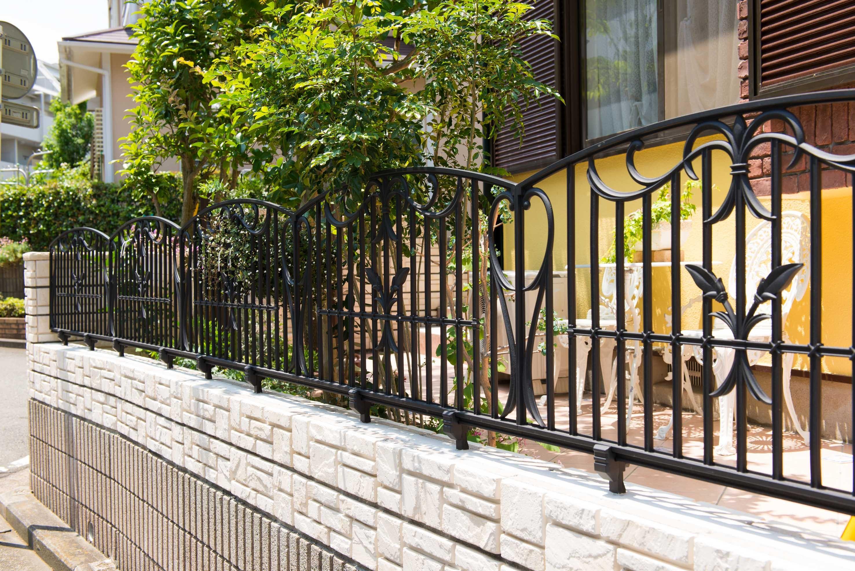 外観事例:フェンス(イタリアがテーマ!明るい日差しが似合う、外構エクステリアに)