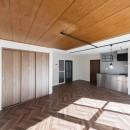 シンプルながら色使いにこだわりのある家の写真 ヘリンボーン床がインパクトのあるLDK