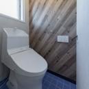 シンプルながら色使いにこだわりのある家の写真 明るいトイレ