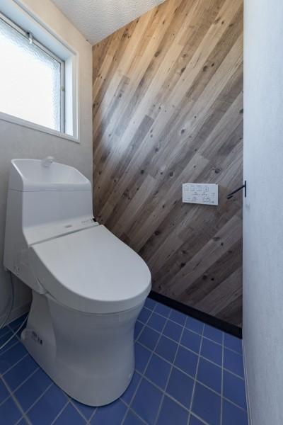 明るいトイレ (シンプルながら色使いにこだわりのある家)