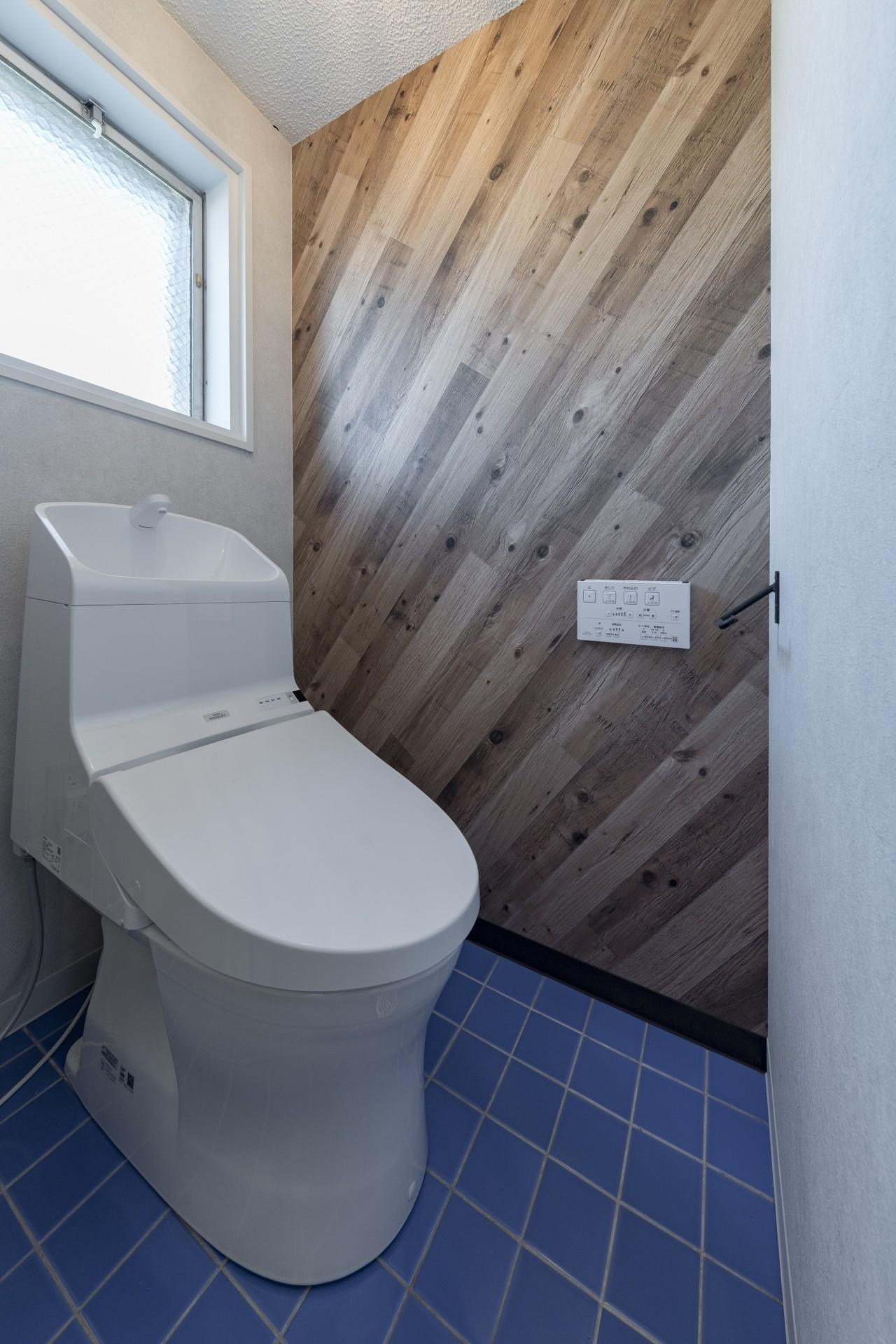 バス/トイレ事例:明るいトイレ(シンプルながら色使いにこだわりのある家)