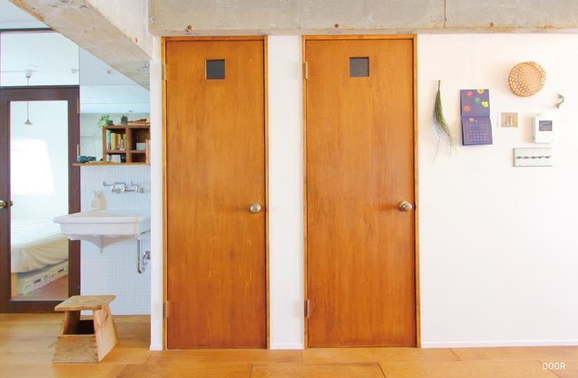 模様替えを楽しめる、土間のある家 (廊下(バス、トイレ扉))