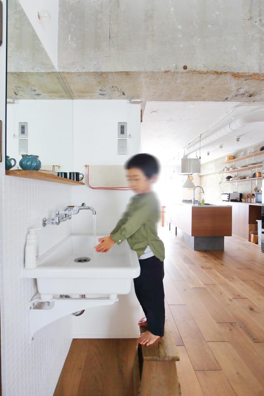 模様替えを楽しめる、土間のある家 (オープンな洗面スペース)