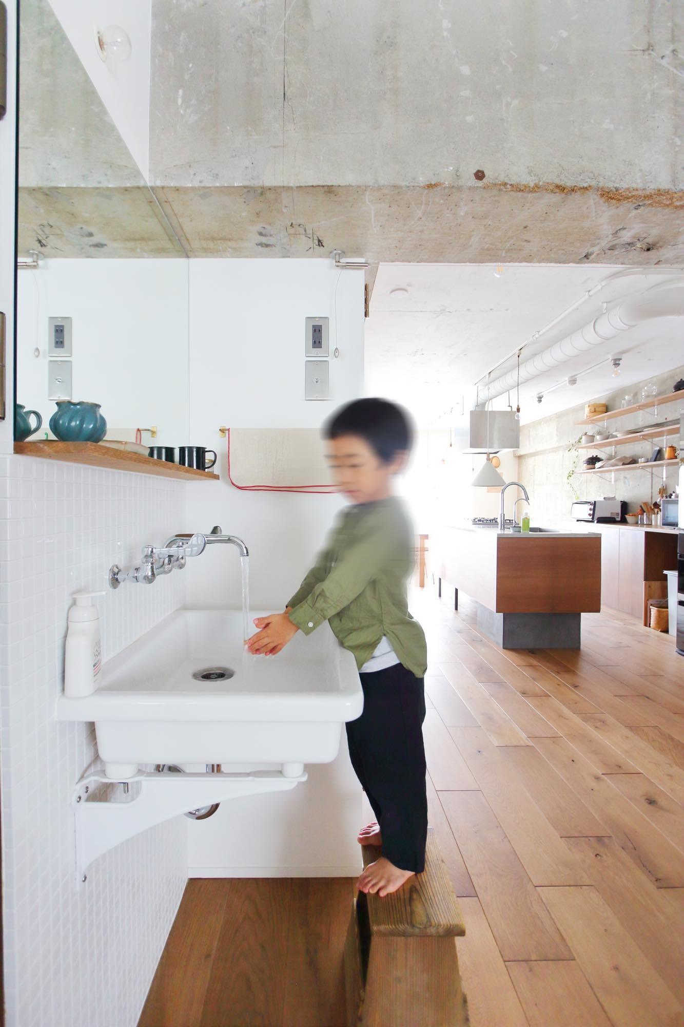 リビングダイニング事例:オープンな洗面スペース(模様替えを楽しめる、土間のある家)