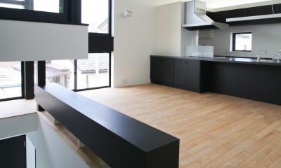 2階リビング|ミニマルデザインのハコ型の家