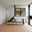 ミニマルデザインのハコ型の家の写真 リビングの中に浮かぶインナーバルコニー
