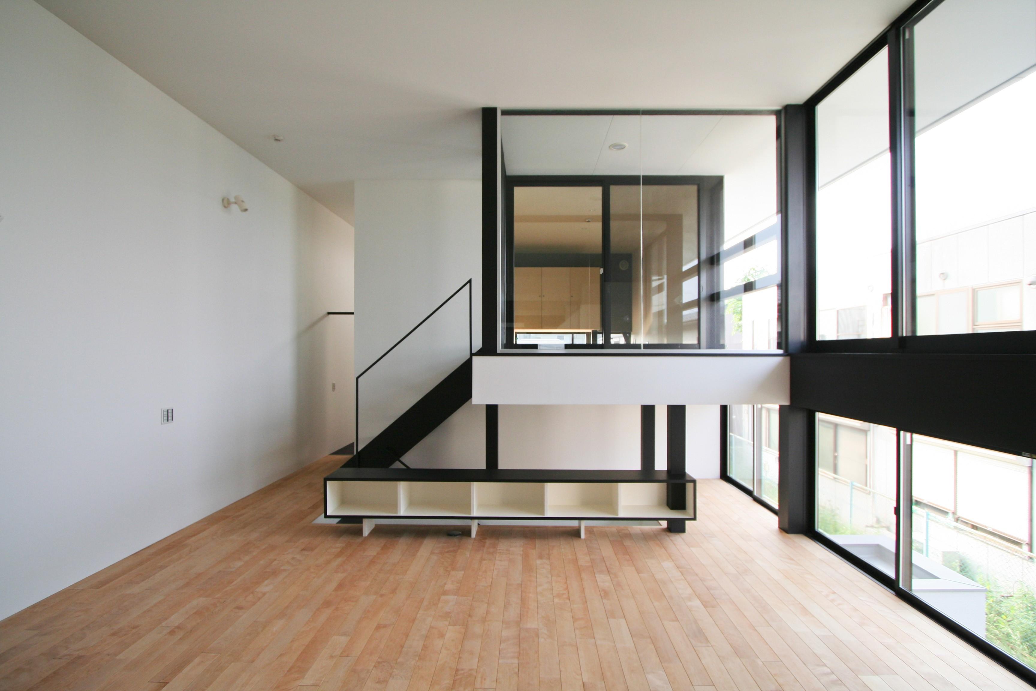 リビングダイニング事例:リビングの中に浮かぶインナーバルコニー(ミニマルデザインのハコ型の家)