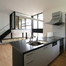 ミニマルデザインのハコ型の家の写真 キッチンからリビングを見る