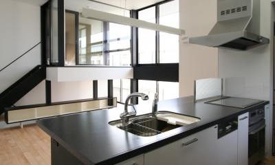ミニマルデザインのハコ型の家 (キッチンからリビングを見る)