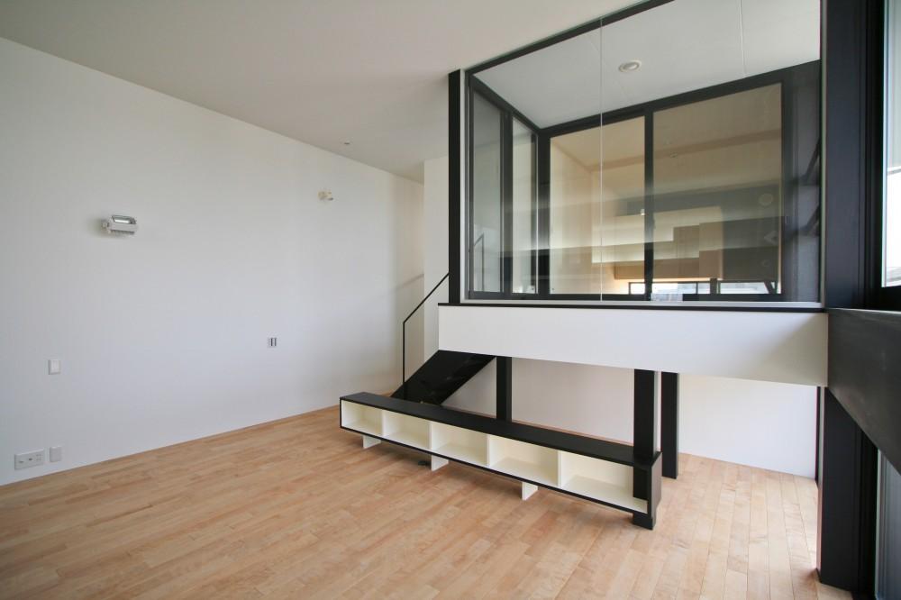 ミニマルデザインのハコ型の家 (インナーバルコニーを出ると「はなれ」の和室がある)