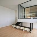 ミニマルデザインのハコ型の家の写真 インナーバルコニーを出ると「はなれ」の和室がある