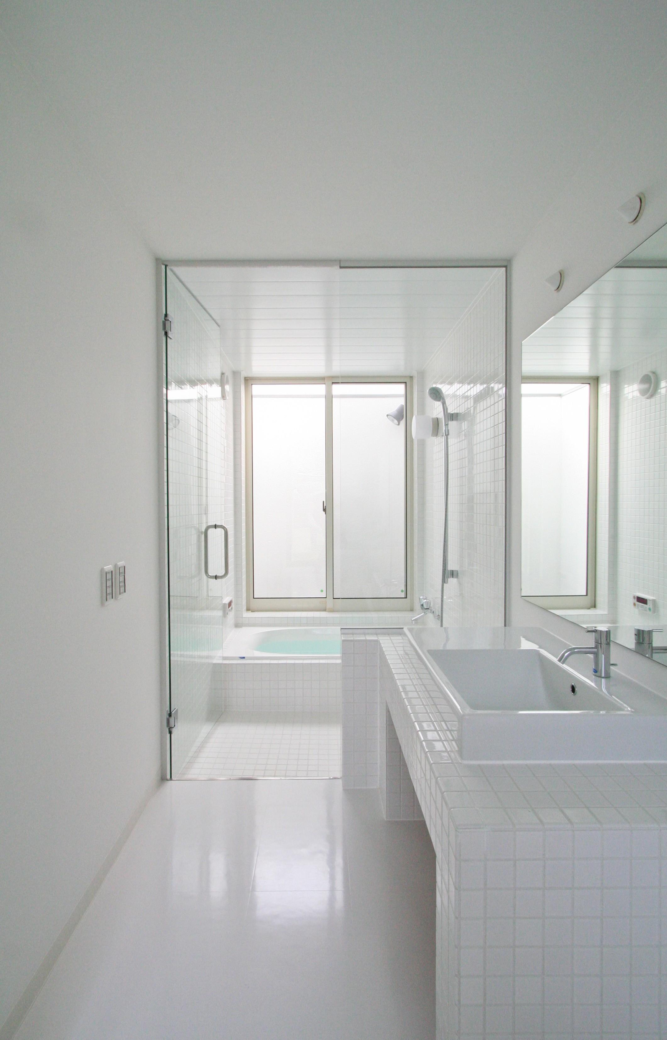 バス/トイレ事例:サニタリー(ミニマルデザインのハコ型の家)