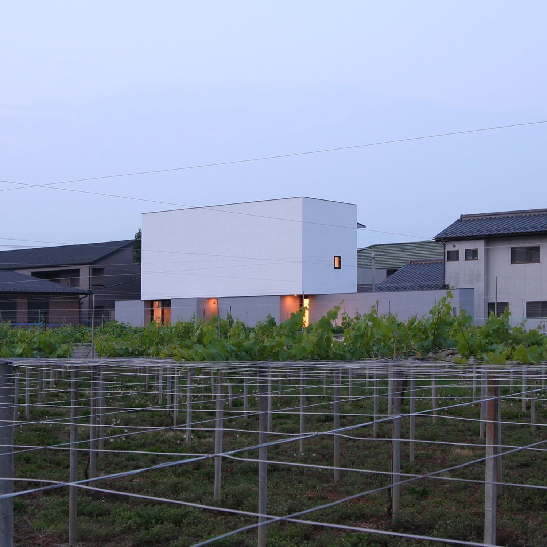 外観事例:夕景(ミニマルデザインのハコ型の家)