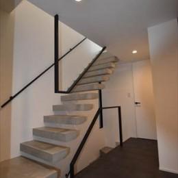 目黒の家~狭小地に縦に広く暮らす家~ (階段)