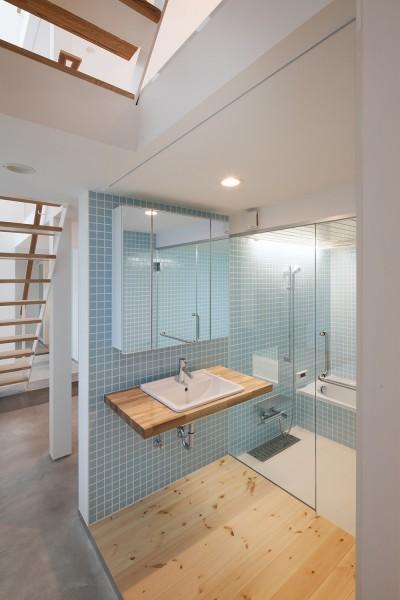 1階洗面脱衣室、浴室 (豪徳寺の住宅)