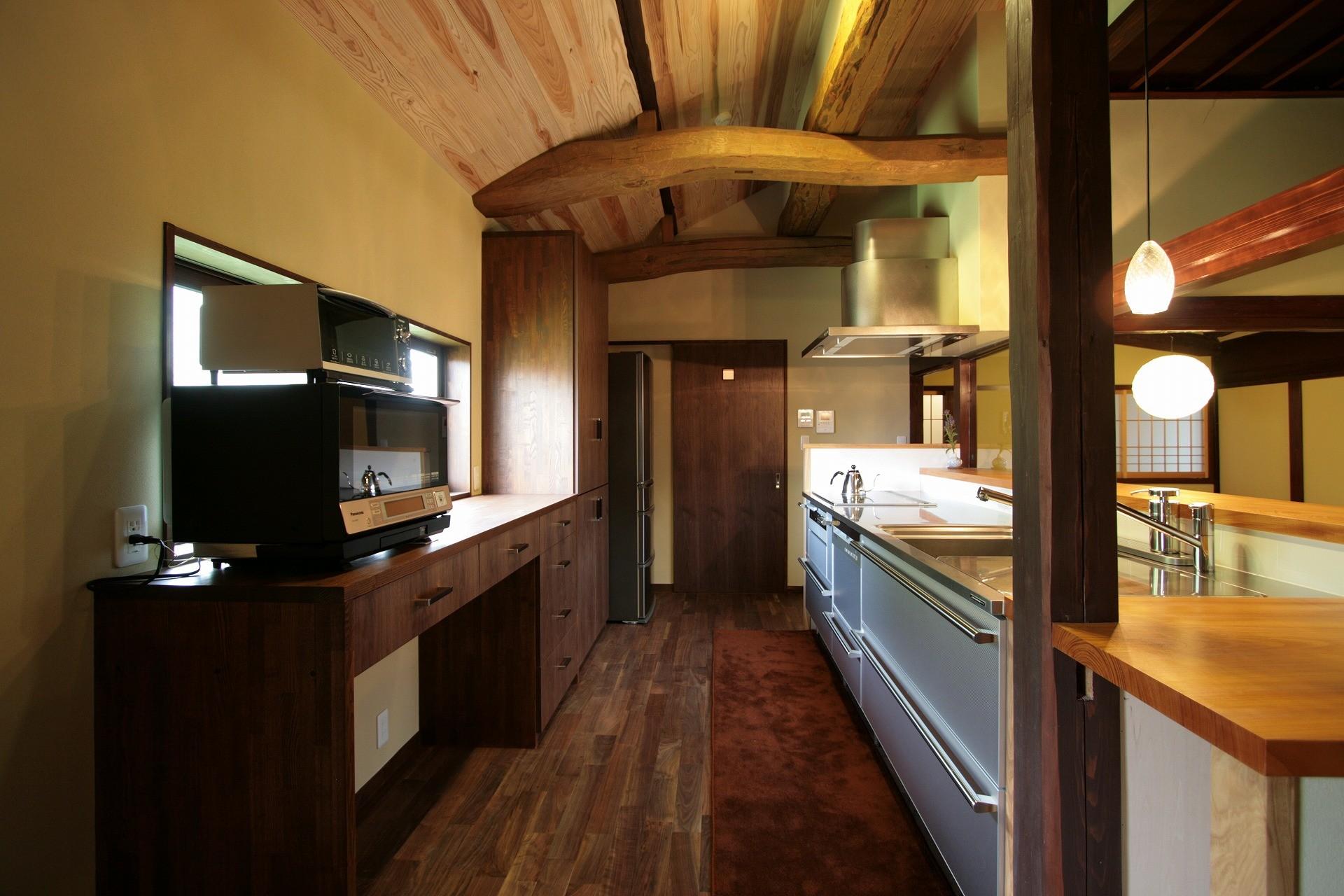 キッチン事例:キッチン(新旧が息吹を与え合う家)