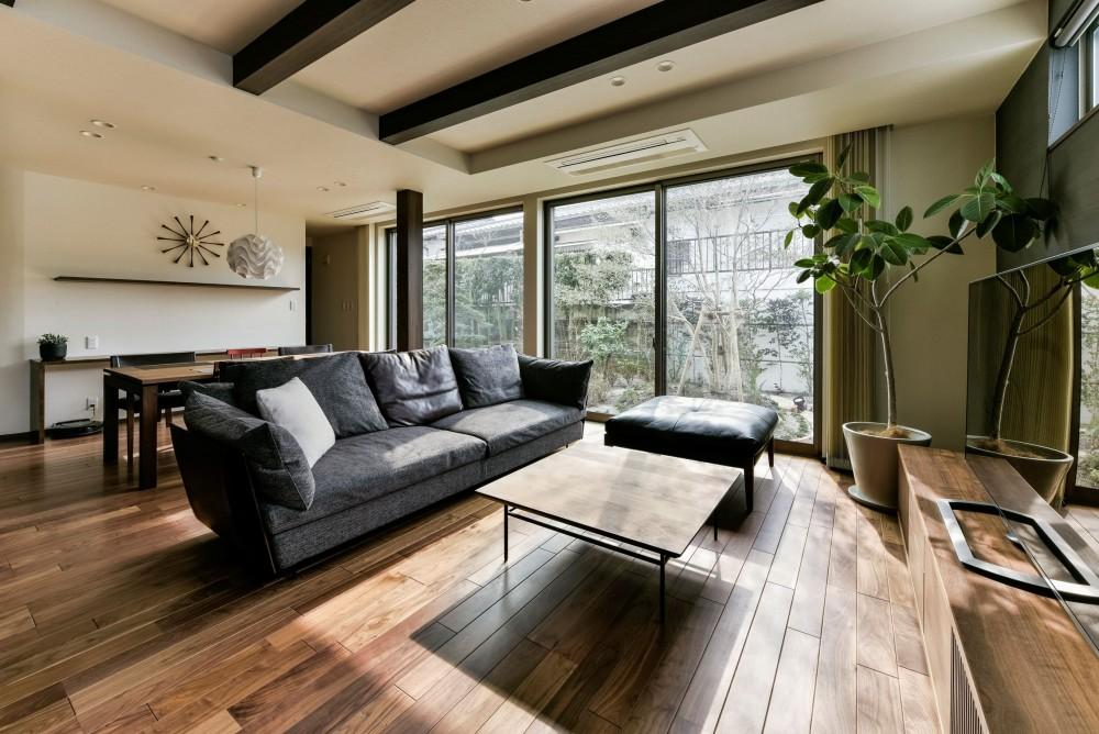 奥様の実家を増築して二世帯住宅にリフォーム。LDを広げて開放感あふれる空間に。 (増築した部分に設けた広々としたリビング・ダイニング)