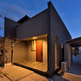 奥様の実家を増築して二世帯住宅にリフォーム。LDを広げて開放感あふれる空間に。 (増築部分に設けた玄関ポーチ。)