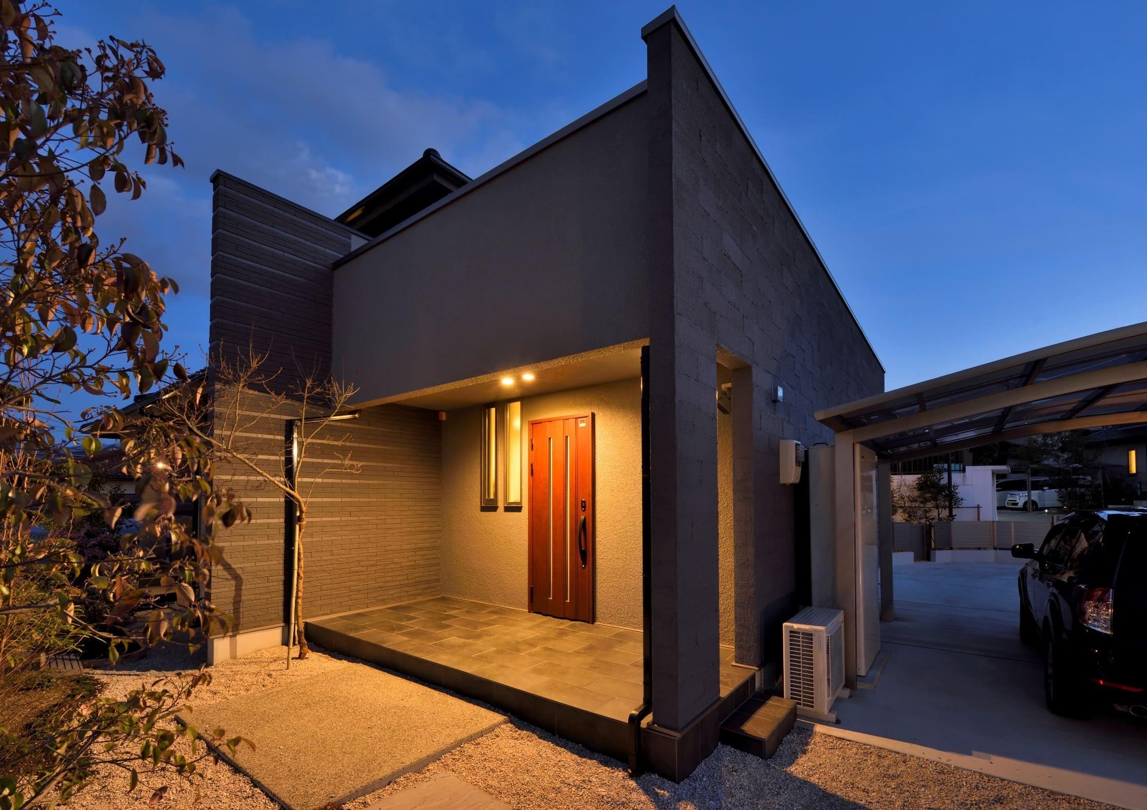 玄関事例:増築部分に設けた玄関ポーチ。(奥様の実家を増築して二世帯住宅にリフォーム。LDを広げて開放感あふれる空間に。)