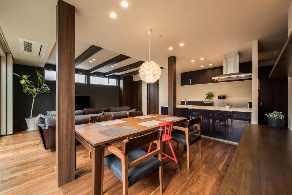 奥様の実家を増築して二世帯住宅にリフォーム。LDを広げて開放感あふれる空間に。 (リビングからひと続きのダイニング)