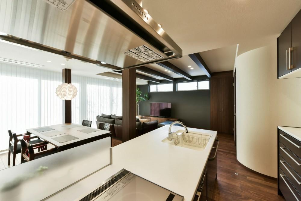 奥様の実家を増築して二世帯住宅にリフォーム。LDを広げて開放感あふれる空間に。 (LDを見渡せる対面式キッチン)