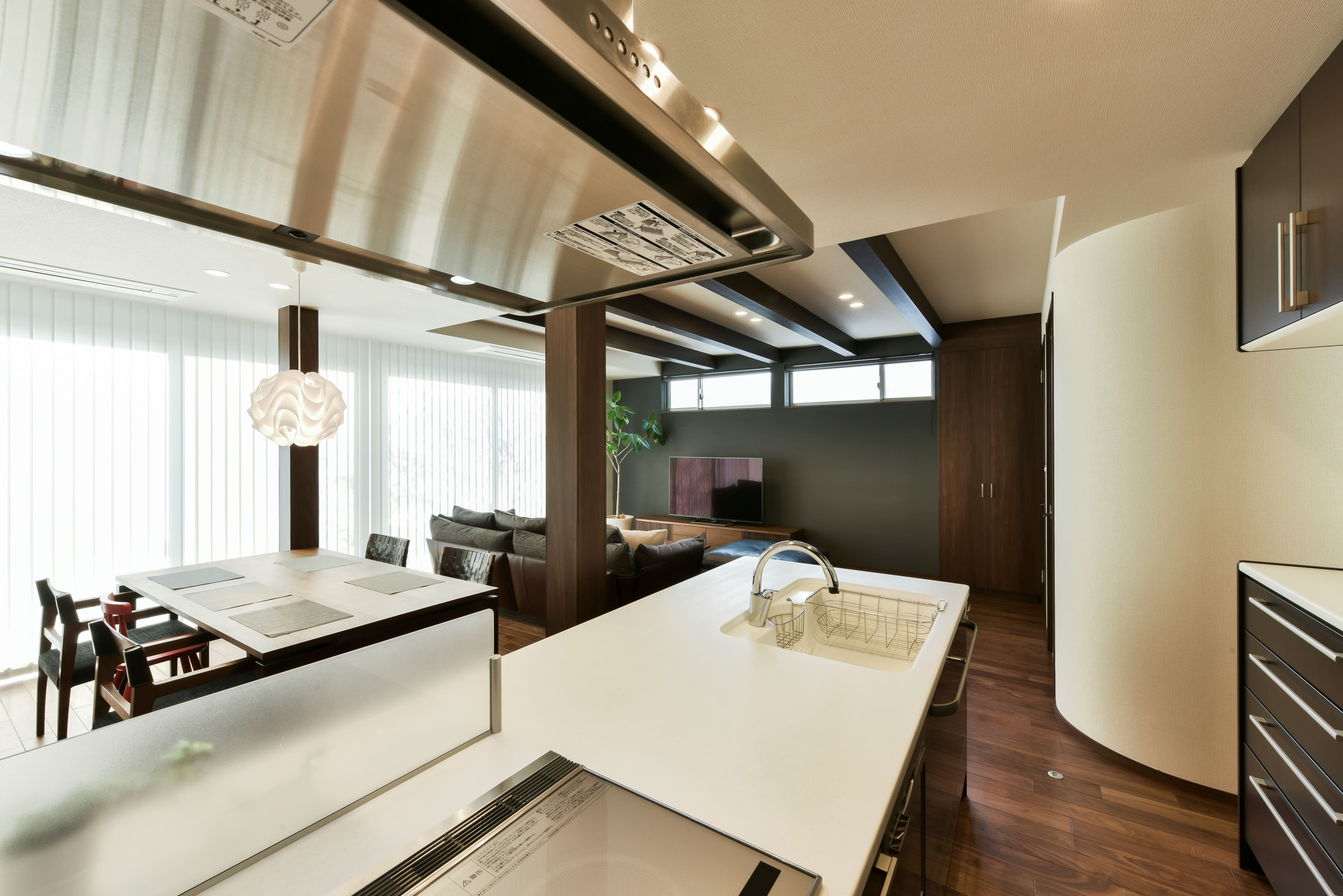 キッチン事例:LDを見渡せる対面式キッチン(奥様の実家を増築して二世帯住宅にリフォーム。LDを広げて開放感あふれる空間に。)