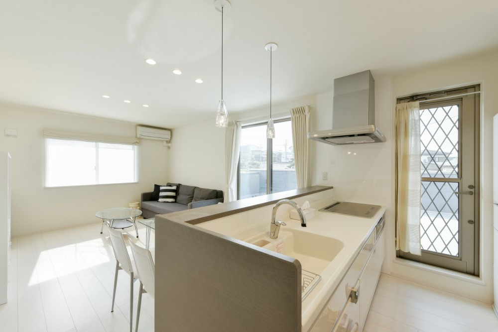 奥様の実家を増築して二世帯住宅にリフォーム。LDを広げて開放感あふれる空間に。 (2階のキッチン)