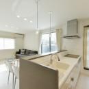 奥様の実家を増築して二世帯住宅にリフォーム。LDを広げて開放感あふれる空間に。の写真 2階のキッチン