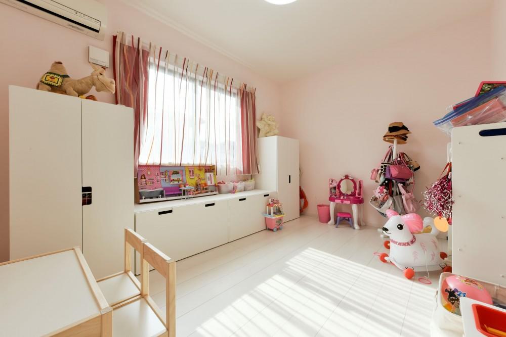 奥様の実家を増築して二世帯住宅にリフォーム。LDを広げて開放感あふれる空間に。 (明るい子供部屋)