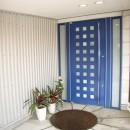 家族のびのび大空間:自然素材の家の写真 玄関ポーチ