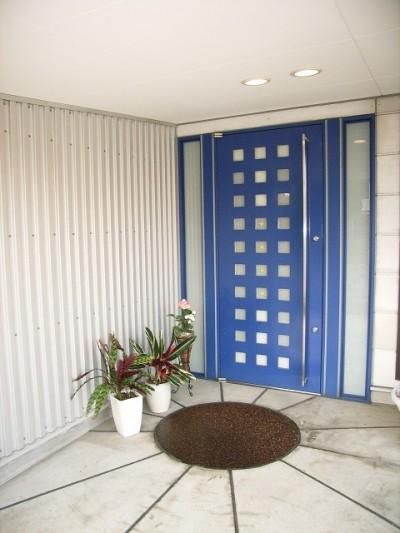 玄関ポーチ (家族のびのび大空間:自然素材の家)