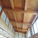 家族のびのび大空間:自然素材の家の写真 リビング