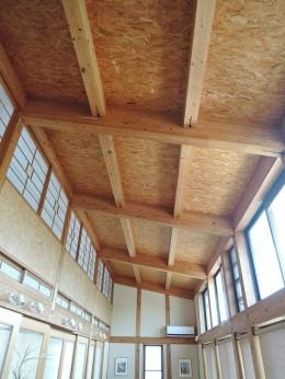 家族のびのび大空間:自然素材の家 (リビング)