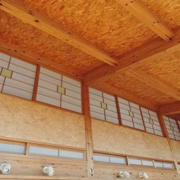 家族のびのび大空間:自然素材の家 (リビング吹き抜け)