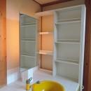 家族のびのび大空間:自然素材の家の写真 洗面化粧台